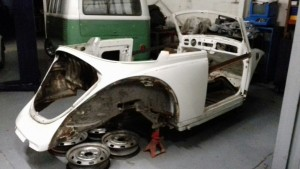 Restauration d'un cabriolet 1500.