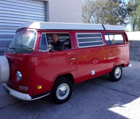 Un combi bay window Westfalia quitte l'atelier